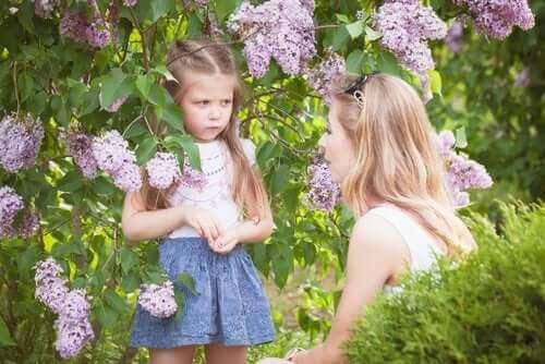 wütend - Mutter und Tochter im Gespräch