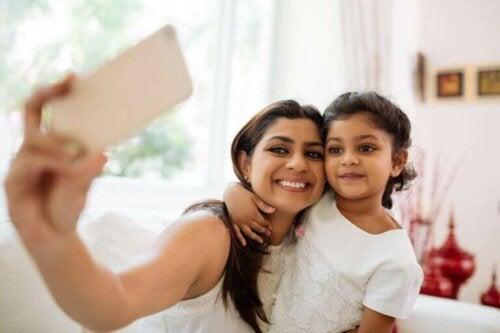 Mutter macht Selfie mit ihrer Tochter