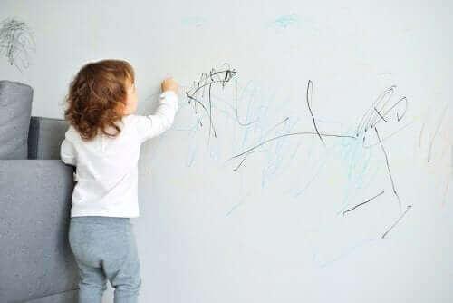 Wenn Kinder an die Wand kritzeln, ist die Idee die, dass die Kinder, die negativen Auswirkungen ihres schlechten Benehmens beheben…