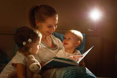 Die Förderung der Lesegewohnheiten in der frühen Kindheit bringt zahlreiche Vorteile mit sich.