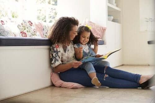 Schon in ihren ersten Lebensjahren können wir damit anfangen, unseren Kindern Geschichten vorzulesen.