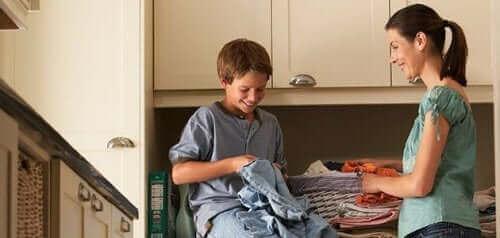 Du kannst dein Kind beispielsweise dazu anweisen, das Aufheben von Kleidern vom Boden zu üben und diese zehnmal in den Wäschekorb zu legen.