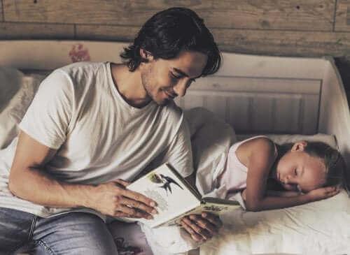 Wann man damit anfangen sollte, Kindern Geschichten vorzulesen