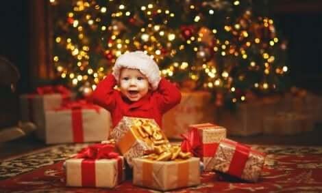 Weihnachten: Baby mit Geschenken