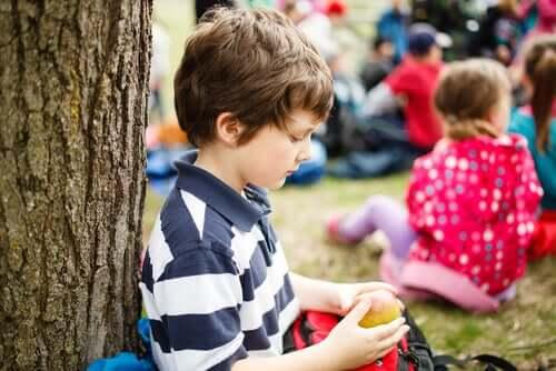Freunde - Kind, das alleine einen Apfel isst