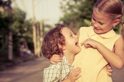 Geschwistern - lachende Kinder