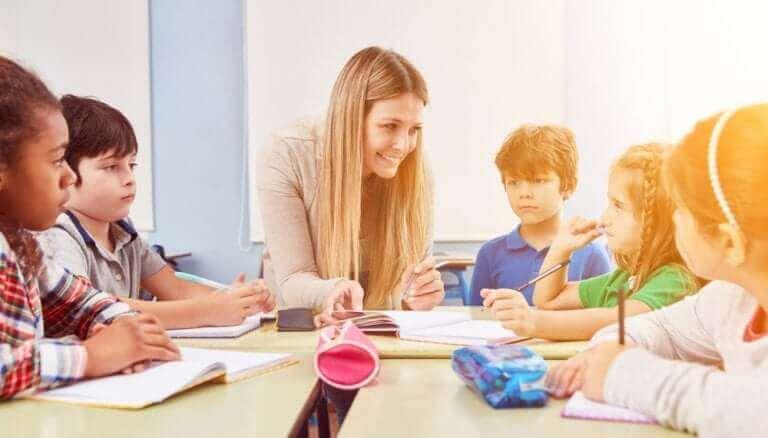 Kinderpädagogik - Lehrerin mit Schülern
