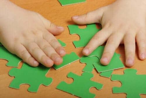 Puzzles - Kind mit grünem Puzzle