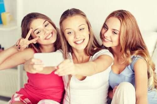 Stereotype und Vorurteile - 3 Teenager machen ein Selfie