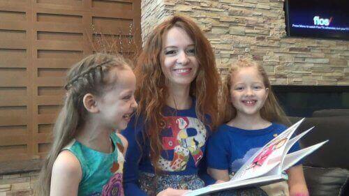 Lesen - Mutter mit Töchtern beim Lesen
