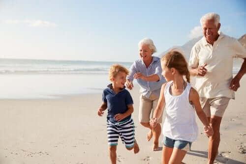 Rolle der Großeltern - mit Enkeln am Strand