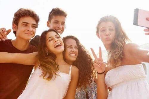 Stereotype und Vorurteile - Gruppe von Teenager macht ein Selfie