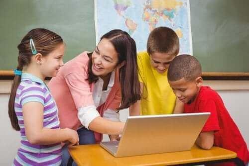 erweiterter Lehrplan - Schüler mit Lehrerin am Laptop