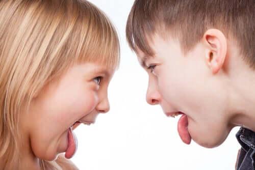 Kinder strecken sich die Zunge raus