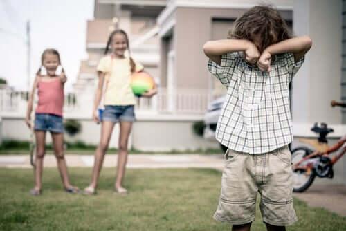 Kinder machen sich lustig über anderes Kind