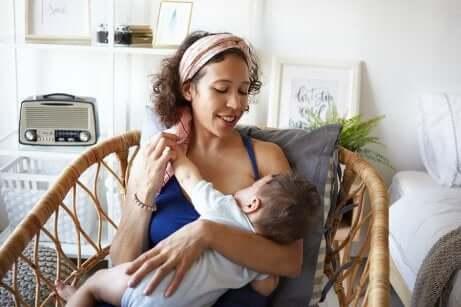 Frau stillt Baby mit Stillkleidung