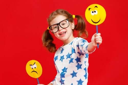 Mädchen mit Smiley-Karten