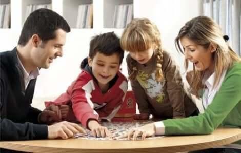 Spielende Familie am Tisch