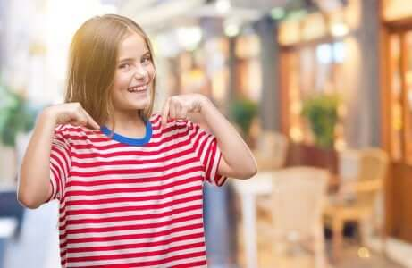 Stärkung des Selbstwertgefühls: Fröhliches Mädchen
