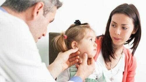 Ein gehörloses Kind erziehen: Tipps für Mütter