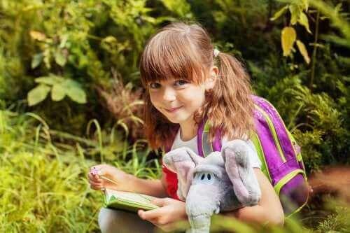 Übergangsobjekte - Mädchen mit Stoffelefant