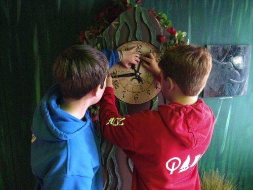 Escape Rooms - Kinder an einer Uhr