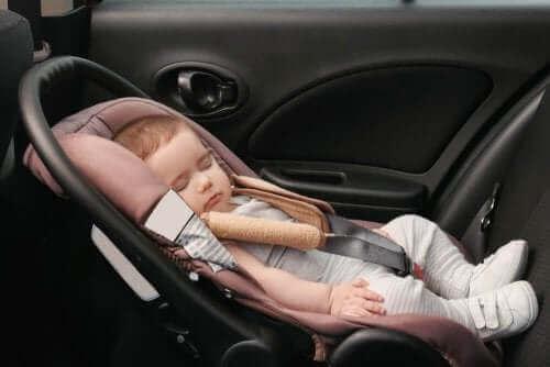 Kindersitze - Baby im Auto