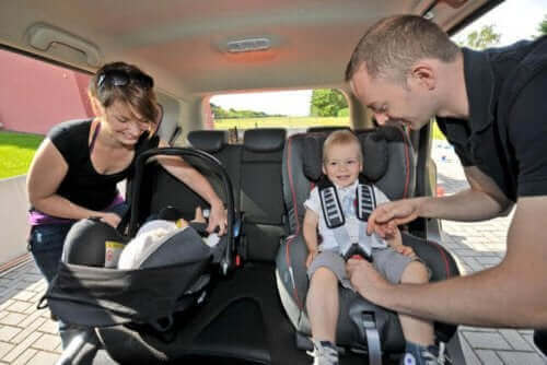 Kindersitze - Eltern mit Kindern