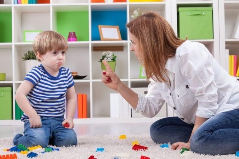 Nein akzeptieren - Mutter mit bockigem Sohn