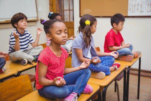 Unterricht effektiver - meditierende Kinder