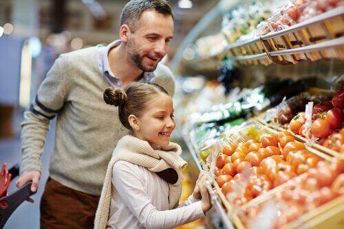 Zöliakie - Vater mit Tochter beim Einkaufen