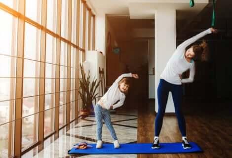 Ausgangsbeschränkung: Mutter und Kind machen gemeinsam Gymnastik