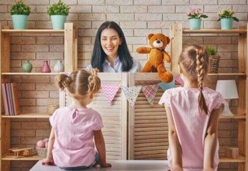 Es ist möglich, das symbolische Spiel bei Kindern mit Austismus zu fördern. Hilf deinem Kind diese Art des Spiels durch Spiele und Geschichten zu entwickeln und du wirst eine Verbesserung der sozialen Fähigkeiten feststellen.