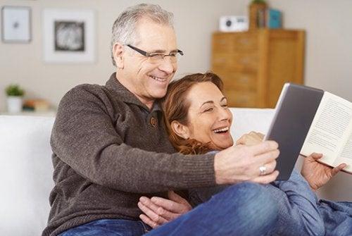 Eltern habe eine neue Chance, um ihre Beziehung wiederzubeleben. Sobald die erwachsenen Kinder ausziehen, können Eltern diese freie Zeit nutzen, um mehr Zeit miteinander zu verbringen.