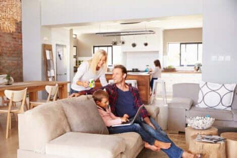 Eltern mit den Kindern zu Hause