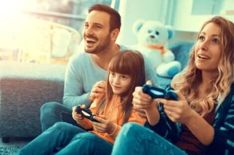 Famiie spielt gemeinsam Videogames