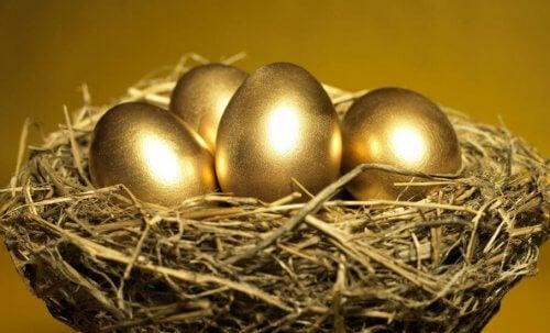 """Eine weitere kurze Fabel über wichtige Werte für Kinder ist die Geschichte """"Die Henne, die goldene Eier legte""""."""