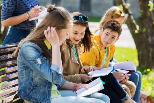 Ermutige deine Kinder dazu, sich im Sommer an Aktivitäten zu beteiligen. Nimm dir auch die Zeit und hilf ihnen dabei, an ihren schulischen Aufgaben zu arbeiten.