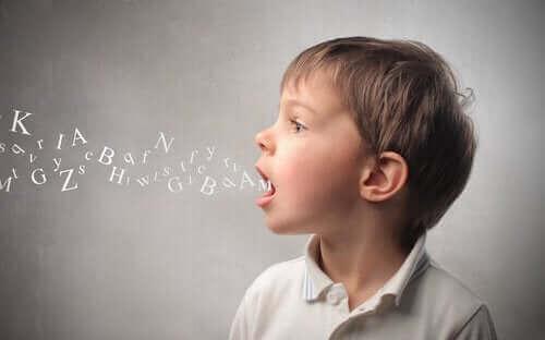 Das Nachahmen und Wiederholen ist dies die häufigste Methode, die Babys und Kinder anwenden.