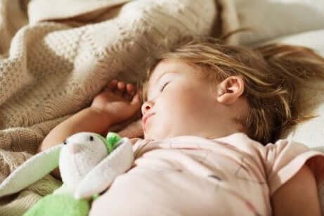 Kleines Mädchen macht Mittagschlaf