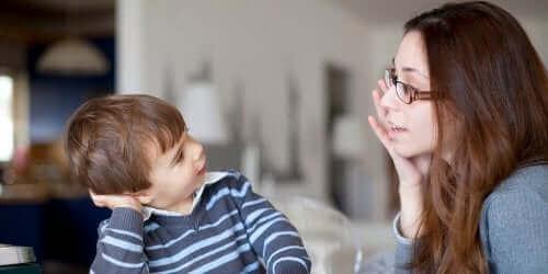 Wir können unseren Kindern helfen, ihr volles phonologisches Potenzial durch zwei Arten des Lesens zu erreichen. Dies sind das laute Lesen oder das Zuhören anderer beim Lesen und das spätere Nachahmen.