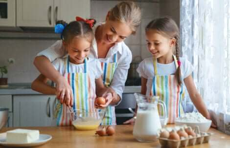 Während der Ausgangsbeschränkungen: Familie kocht gemeinsam
