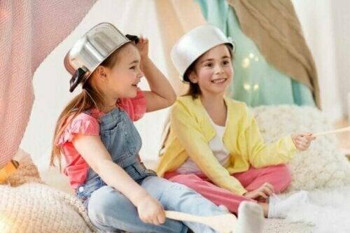 Das vorsymbolische Spiel beginnt sich nach dem ersten Lebensjahr zu entwickeln. In dieser Phase verwenden die Kleinen einfache Gegenstände und Spielzeuge. Kinder tun dies, um so zu tun, als wären sie etwas oder jemand anderes.