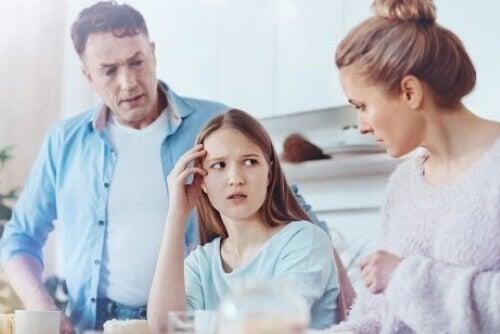 überkritische Eltern - kritisieren ihre Tochter