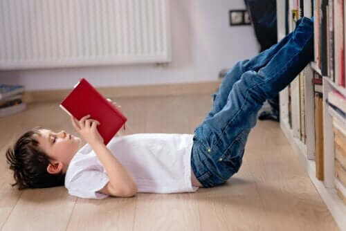 Kind genießt die Lektüre