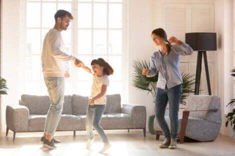 In Bewegung bleiben: Eltern tanzen mit ihrer Tochter