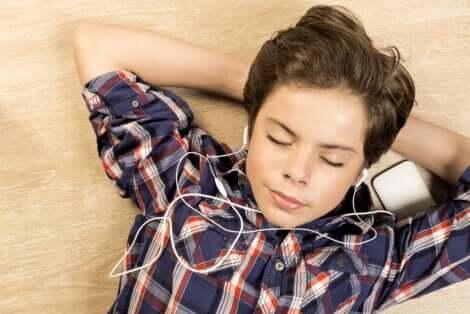Junge hört Musik