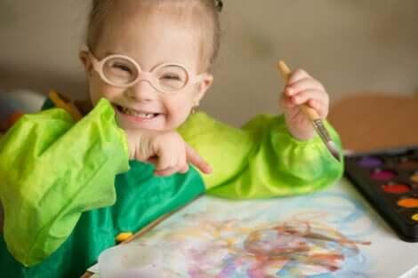 Kinder mit geistiger Behinderung: lachendes Kind mit Down-Syndrom