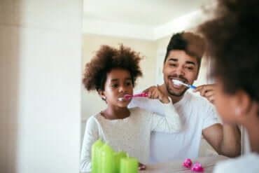Tägliche Routine: Vater und Kind putzen sich die Zähne