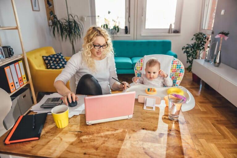 Zu Hause arbeiten und gleichzeitig Kinder betreuen
